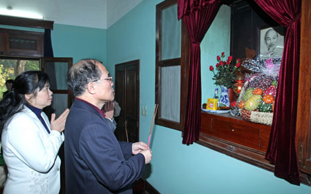 9. Nguyen Sinh Hung tuong nho Bac Ho