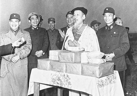 Nguyễn Hồn Việt – Bác Trà thua xa Bác Hồ!